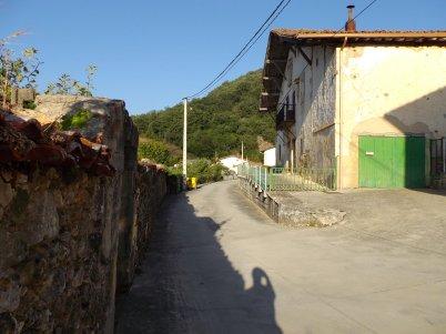 Por la calle que lleva a la carretera.