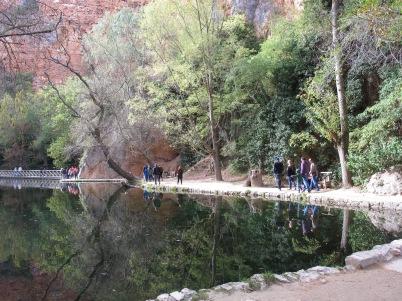 El lago hace efecto espejo.